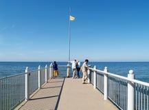 Svetlogorsk Ryssland Folk på en Svetlogorsk promenad av den baltiska kusten av Ryssland Arkivfoto