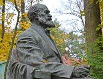 Svetlogorsk Ryssland Fragment av en monument till akademikern I P Pavlov sidosikt Royaltyfri Bild