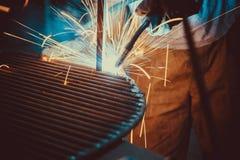 svetsande arbete Resa upp den industriella stålwelderen In Factory för tekniskt stål Royaltyfria Foton