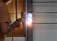 Svetsande stålstång för arbetare arkivbild