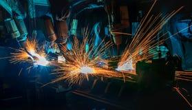 Svetsar industriella robotar för lag bildelen Arkivfoton