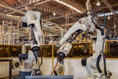 Svetsar industriella robotar för lag bildelen Arkivbilder