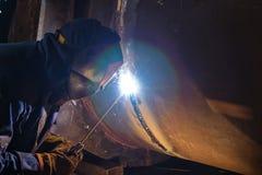 Svetsning arbetar på metallvärmeexchangeren som använder manuell bågsvetsning Royaltyfria Foton