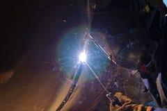 Svetsning arbetar på metallvärmeexchangeren som använder manuell bågsvetsning Royaltyfri Foto