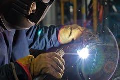 Svetsning arbetar på metallvärmeexchangeren som använder manuell bågsvetsning Fotografering för Bildbyråer