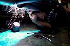 Svetsning arbetar under bilreparationen Avgasrörsystemreparation arkivbilder
