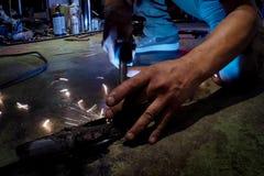 Svetsning arbetar under bilreparationen Avgasrörsystemreparation royaltyfri fotografi