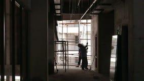 Svetsning exponerar på väggen, som arbetaren satte skruvar i tak lager videofilmer