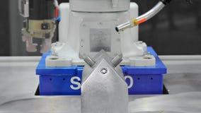 Svetsning för industriell robot med två armar stock video
