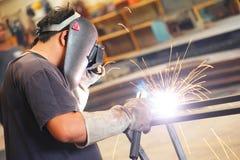 Svetsningarbetare för stålstruktur Arkivfoto