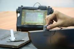 Svetsningkontroll vid det ultraljuds- provet för funnen inre defekt Arkivbild