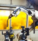 Svetsningrobotar i industriella fabriker Royaltyfria Foton