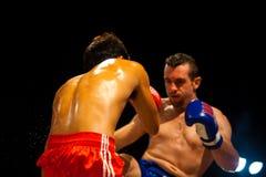 svettas muay stöd för boxarekick thai Arkivfoton