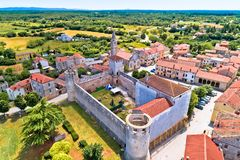 Svetvincenat村庄在内地Istria鸟瞰图的 库存图片