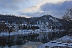Sviatohirsk Lavra στην ακτή του Seversky Donets Αντανακλάσεις στον ελαφρύ πάγο στοκ εικόνες