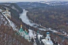 Sviatohirsk Lavra na brzeg Seversky Donets w zimie Odgórny widok zdjęcia stock