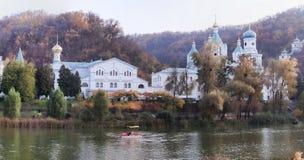In Sviatohirsk sul fiume Siversky Donets fino all'autunno tardo po fotografia stock