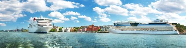SView Sztokholm od nadmorski w Szwecja Dwa promu są osaczoni blisko Stockholm na pięknym słonecznym dniu Fotografia Royalty Free