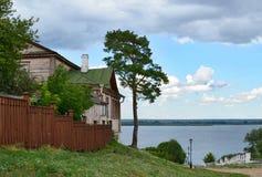 Svijazhsk, σπίτι από τον ποταμό Στοκ Φωτογραφία