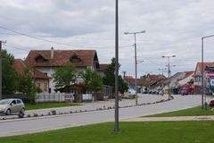 Svilajnac Serbia, Maj, -, 22 2019: Ulica z zielonymi terenami zdjęcia stock