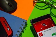 Sviluppatore app di Adobe Acrobat Reader sullo schermo di Smartphone immagine stock libera da diritti