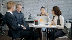 Sviluppatore di progetto che discute con partenza del responsabile e dell'ingegnere di analisi la nuova stock footage