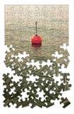 Sviluppi la vostra immagine di concetto di sicurezza per gradi - con bouy rosso su un lago calmo, nella forma del puzzle immagini stock