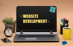 Sviluppo del sito Web che impara concetto con le note su latop Immagine Stock