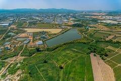 Sviluppo della zona industriale e coltivare fotografia aerea Fotografie Stock Libere da Diritti