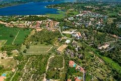 Sviluppo della zona industriale in foto dell'antenna della terra dell'azienda agricola Immagine Stock
