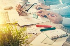 Sviluppo di app del ux del sito Web del disegno del progettista immagini stock