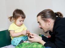 Sviluppo di bambini - bambino, padre e figlia d'istruzione del papà Fotografia Stock Libera da Diritti