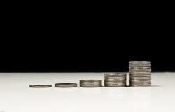 Sviluppo di soldi cento fatture del dollaro che crescono nell'erba verde Immagine Stock