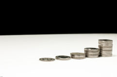 Sviluppo di soldi cento fatture del dollaro che crescono nell'erba verde Fotografie Stock