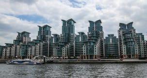 Sviluppo immobiliare contemporaneo della riva del fiume a Londra ad ovest Fotografie Stock