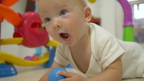 Sviluppo infantile, bambino sveglio allegro che strisciano sul pavimento e primo piano di risata archivi video