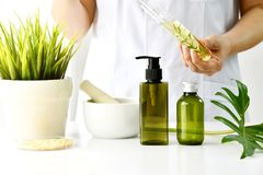 Sviluppo naturale dello skincare o del cosmetico in laboratorio, estratto organico in contenitore cosmetico della bottiglia fotografie stock