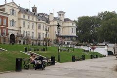 Sviluppo sul passaggio di Buccleuch di lungomare, Richmond, Londo fotografie stock