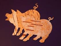 Svin för björkskäll på en purpurfärgad bakgrund Manuellt arbete i design royaltyfri fotografi