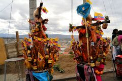 Svin smyckade med frukter, andar, flaggor och Royaltyfri Foto