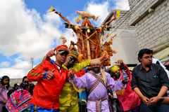 Svin smyckade med frukter, andar, flaggor och Royaltyfria Foton