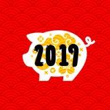 Svin som det kinesiska zodiaktecknet 2019 för nytt år med traditionella asiatiska guld- designbeståndsdelar på röd sömlös bakgrun royaltyfri foto