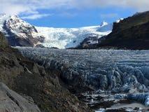 Svinafellsjokullgletsjer in IJsland die onderaan de vallei achteruitgaan stock afbeelding