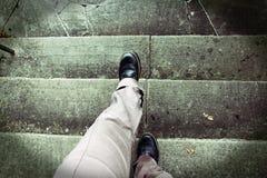 Svindel, när klättra trappa Arkivfoton