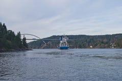 集装箱船在svinesund桥梁,图象19下 免版税库存图片