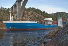 集装箱船在svinesund桥梁,图象2下 库存照片