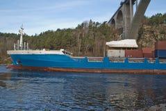 集装箱船在svinesund桥梁,图象3下 免版税库存照片
