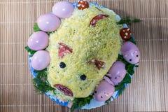 Svinsallad med spädgrisar från ägg, korven, oliv och majonnäs royaltyfri foto