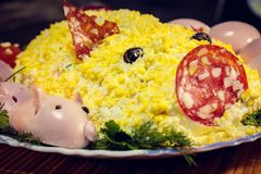 Svinsallad med spädgrisar från ägg, korven, oliv och majonnäs arkivfoto