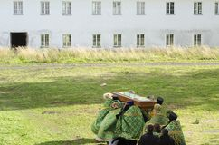 Svirsky Leningradsky地区 俄国 12 09 2018年 宗教队伍在有圣亚历克斯遗物的亚历山大Svirsky修道院里  免版税图库摄影